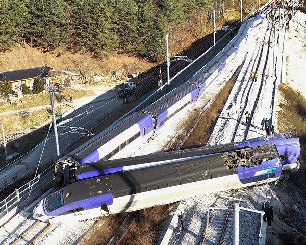 8일 오전 7시35분경 강원도 강릉시 운산동에서 서울행 KTX 열차가 탈선했다.(사진=연합뉴스)