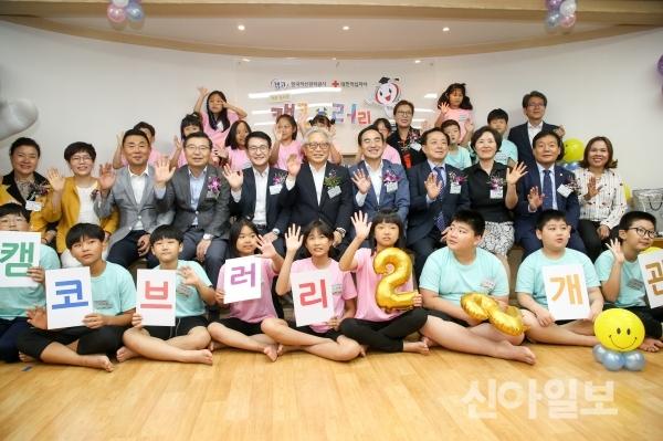 문창용 캠코 사장(둘째 줄 왼쪽 다섯 번째)이 6일 오후 서울시 중랑구 '마루아라 지역아동센터'에서 캠코브러리 22호점 개관식을 가진 후 기념촬영을 하고 있다. (사진=캠코)