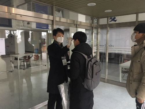 한국정보통신자격협회는 11일 정기시험 코로나19 예방수직준수를 위해 체온을 체크 하고있다. (사진=한국정보통신자격협회)