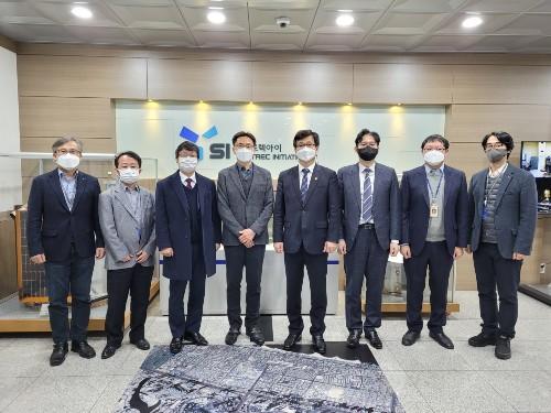 강은호 방위사업청장(오른쪽 네 번째)이 (주)쎼트렉아이 대표이사 김이을(왼쪽 네 번째) 등 임직원과 기념촬영을 하고 있다 (사진=방위사업청)